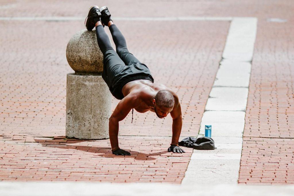 Diverse oefeningen bij een HITT-workout